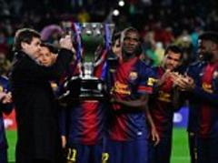 alex song thinks he is being given la liga trophy when it's for eric abidal - video